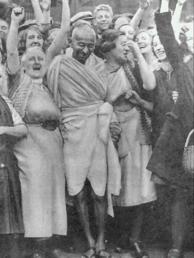 Gandhi_at_Darwen_with_women